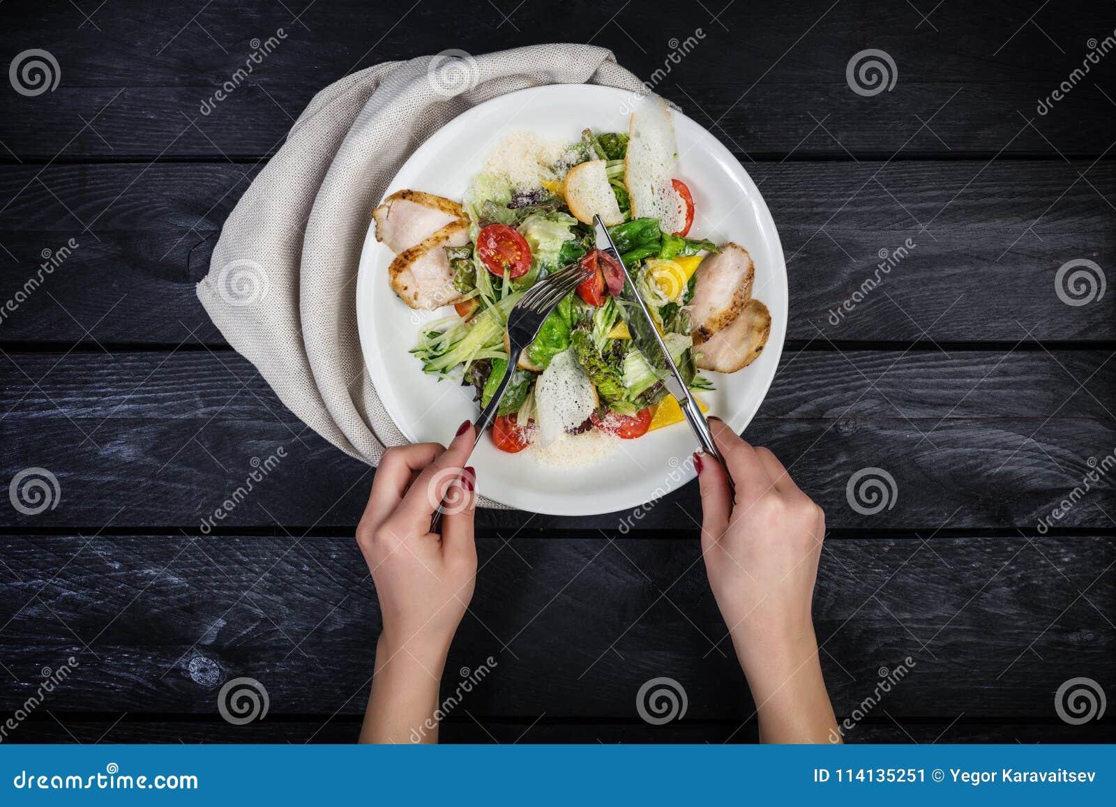 Salada do peito de frango, tomates de cereja e salada grelhados do iceberg