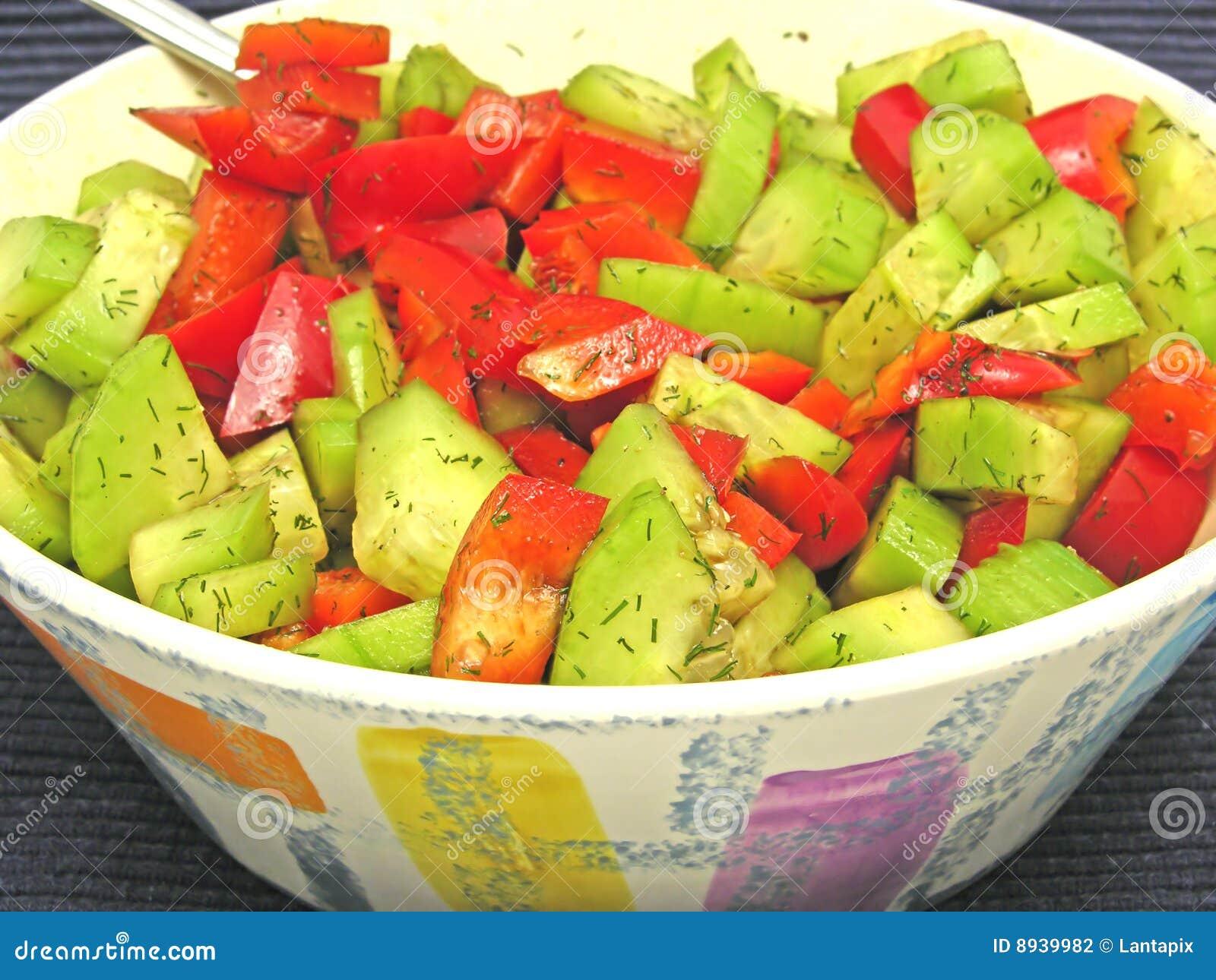 Salada do pepino e da pimenta vermelha