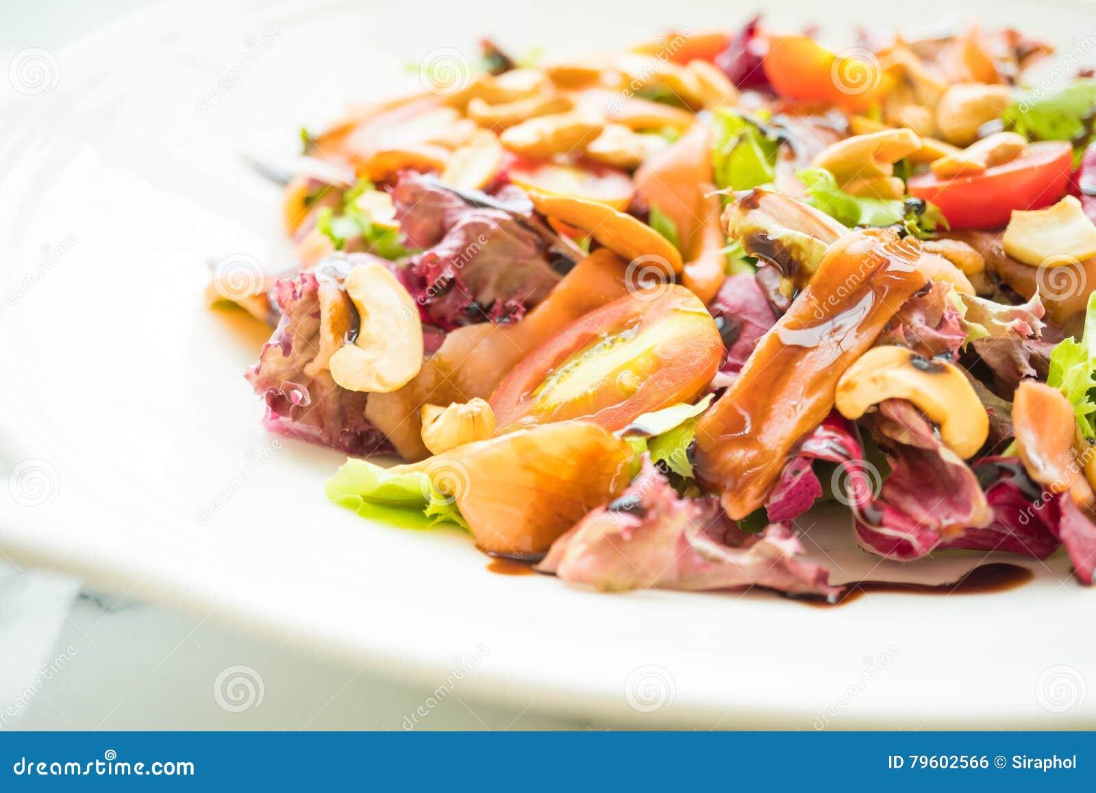 Salada do tomate e do vegetal com carne do salmão fumado