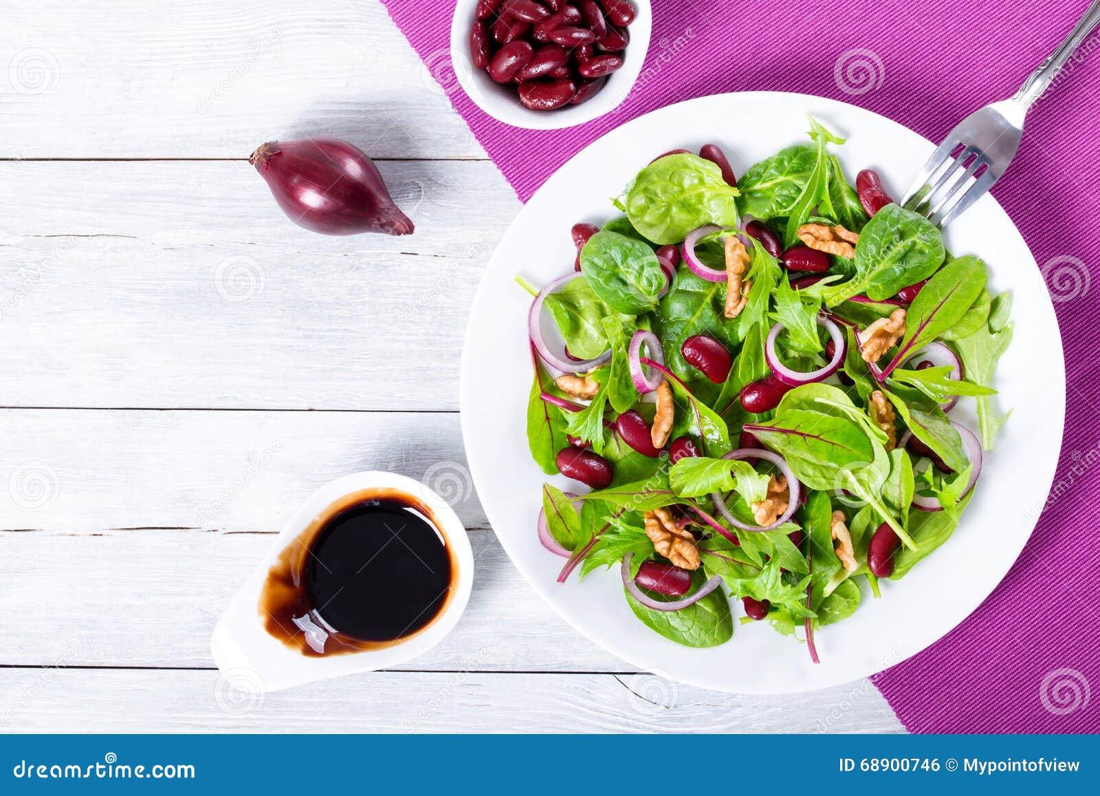 3673a2c298b12 Salada dos feijões vermelhos com mistura de folhas e de nozes da alface