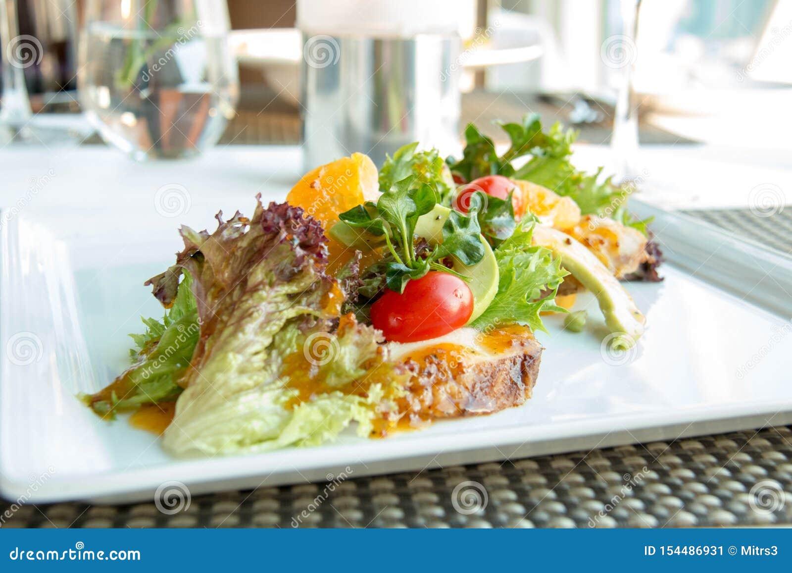 Salada dos legumes misturados na placa branca