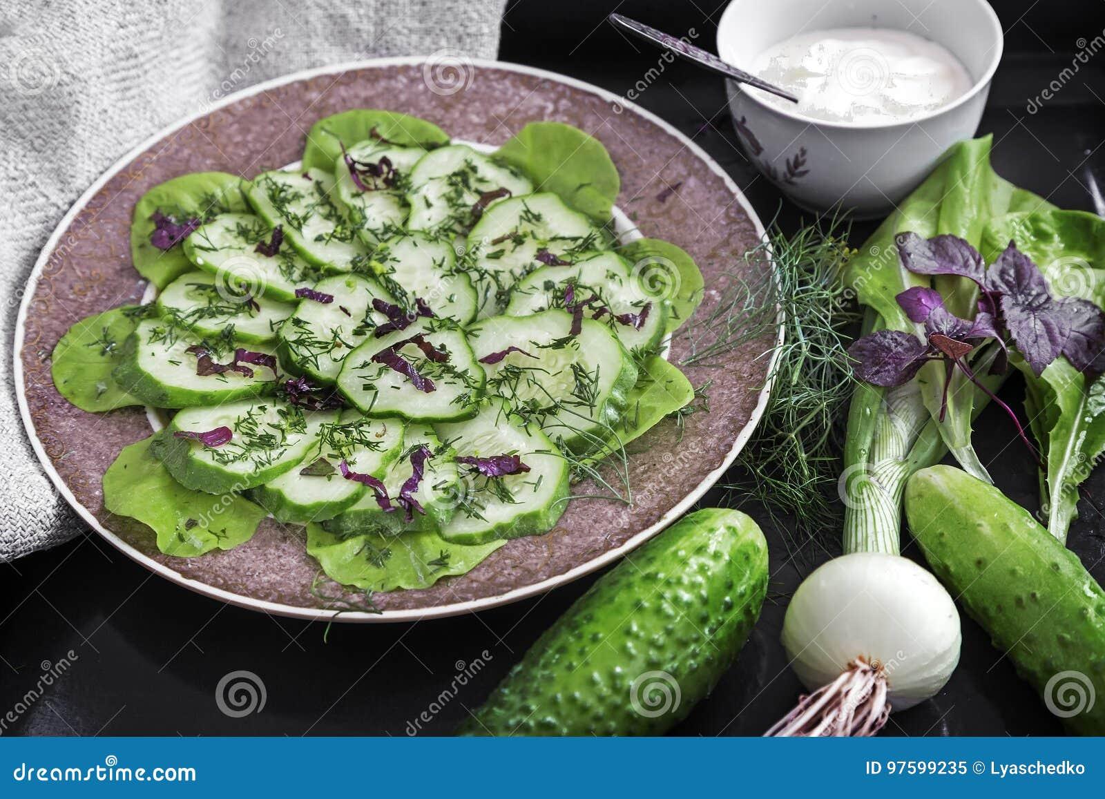 Salada dos pepinos frescos e dos verdes