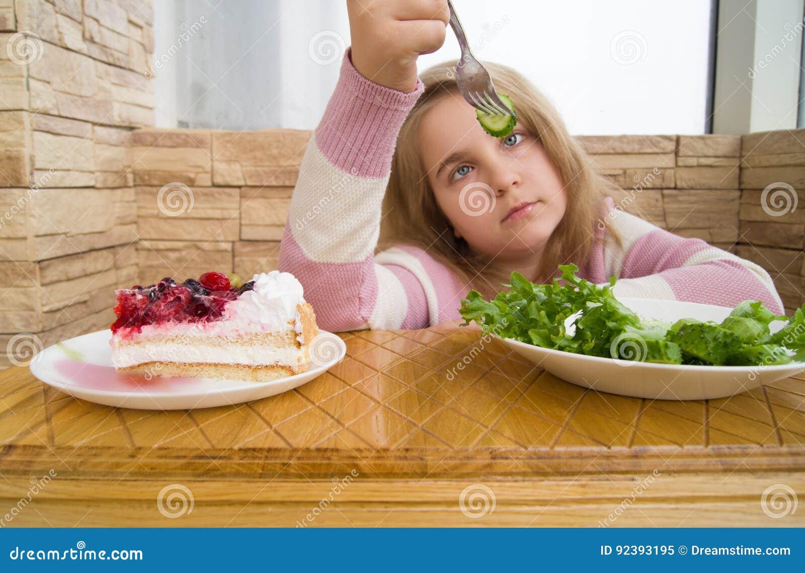 Salada e bolo saudáveis e insalubres do alimento
