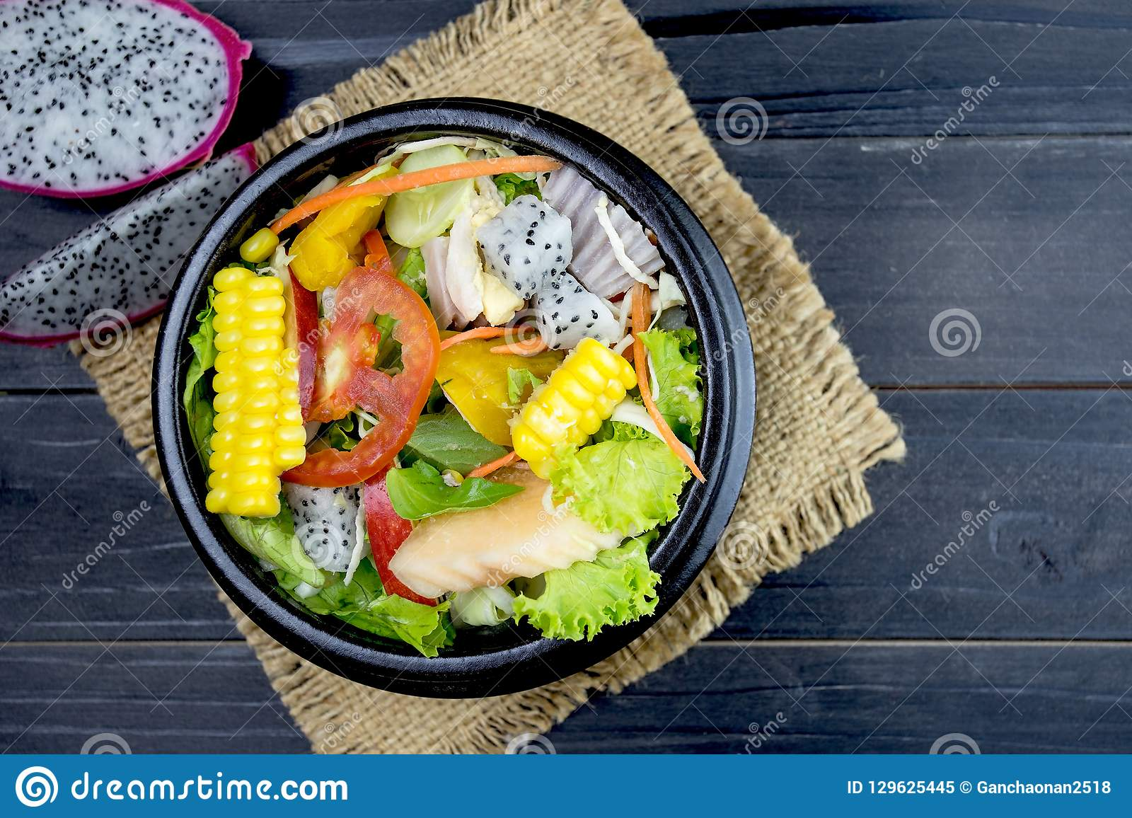 Salada fresca com galinha, tomates e verdes misturados, salada de milho,