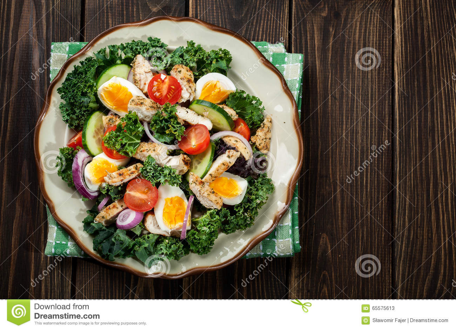 Salada fresca com galinha, tomates, ovos e alface na placa