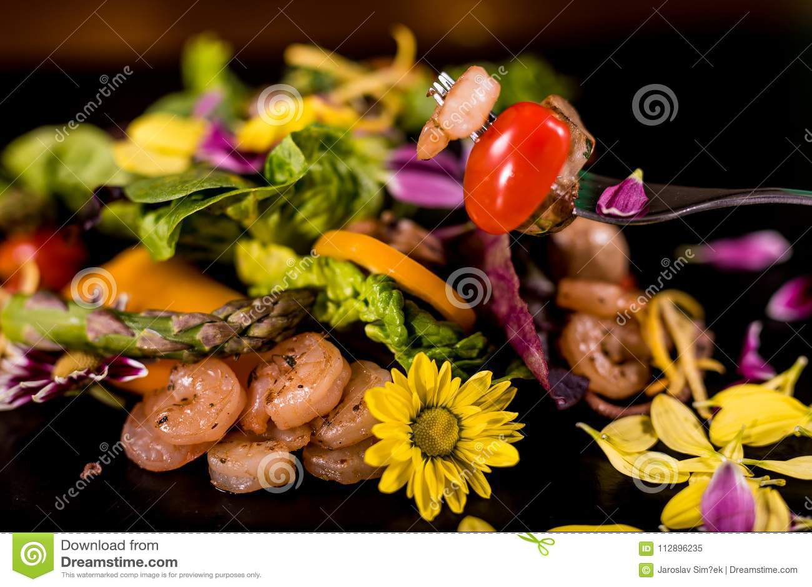Salada fresca com marisco tradicional dos camarões