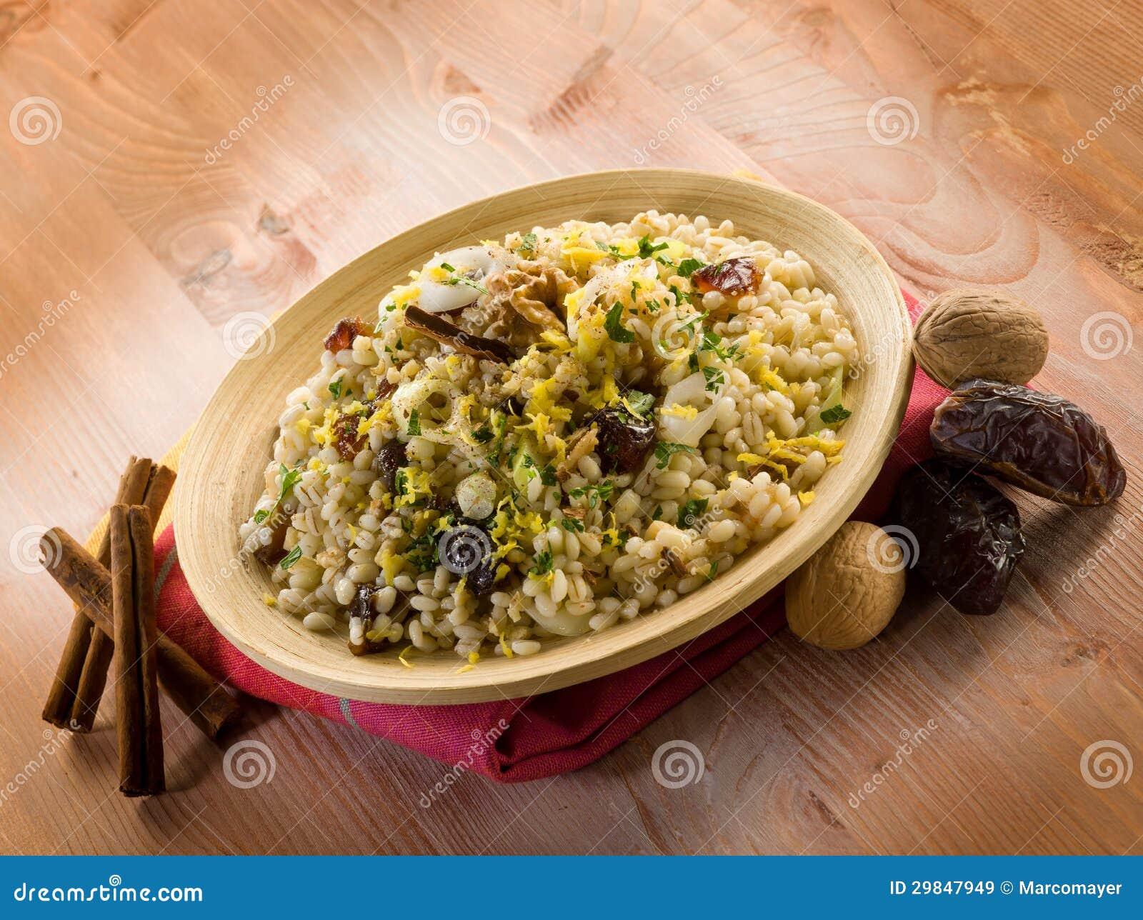 Salada fria da cevada com datas