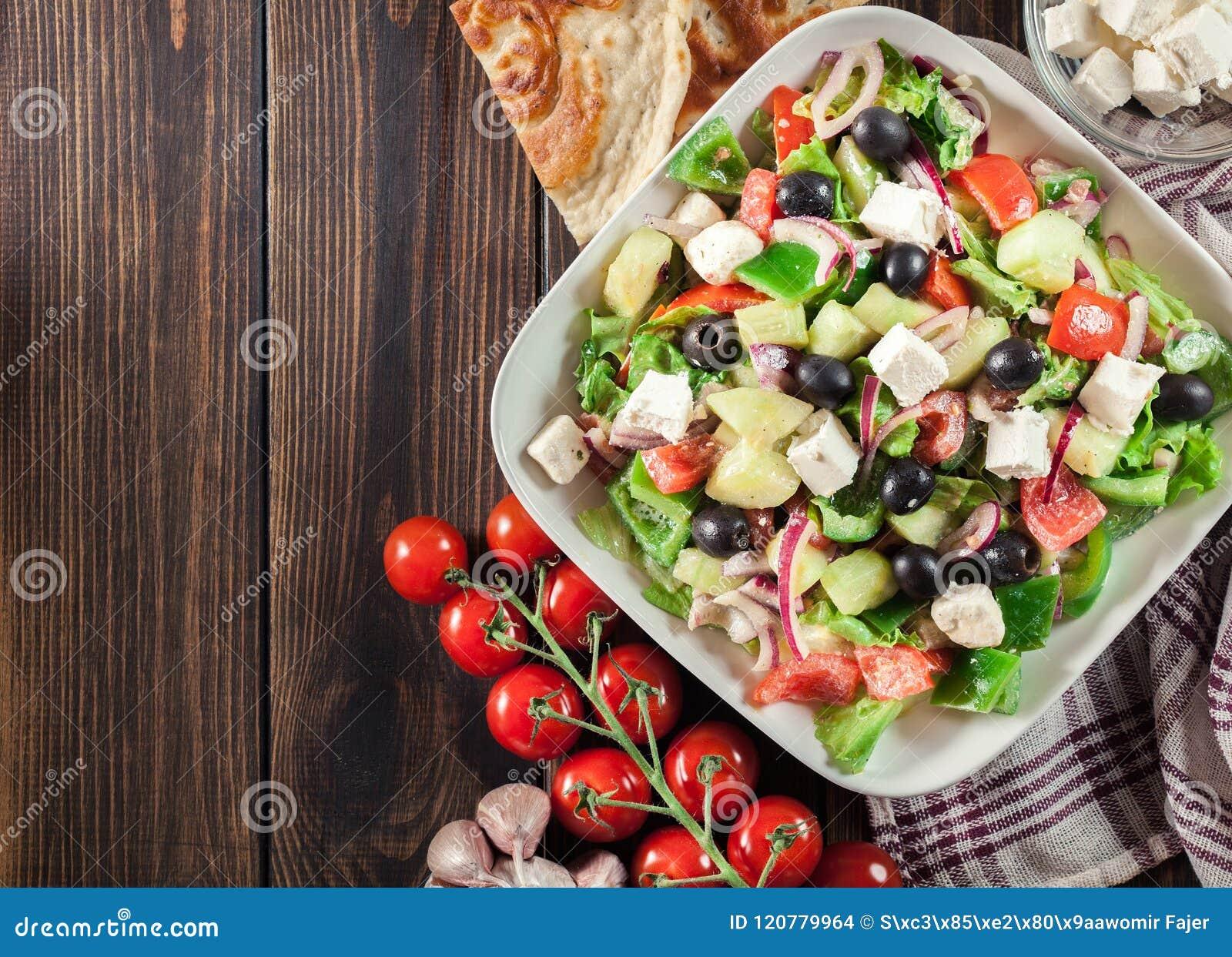 Salada grega com legumes frescos
