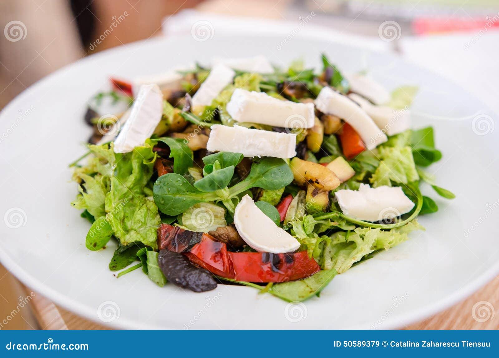 Salada misturada com queijo de cabra e os vegetais roasted