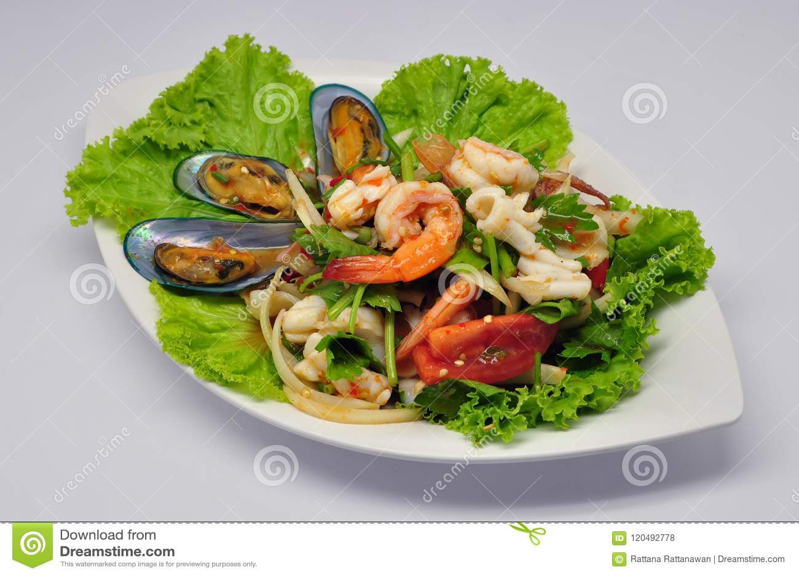Salada misturada picante Yum Talay do marisco na placa branca