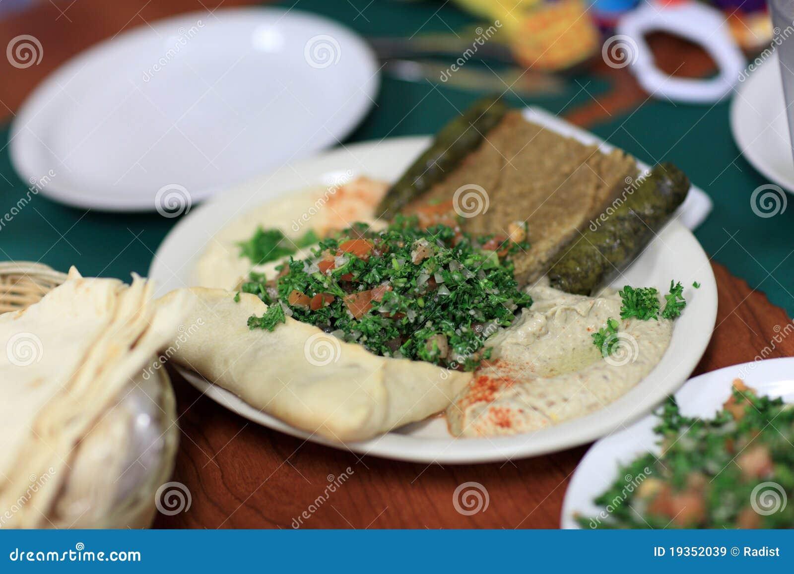Salada no restaurante líbio