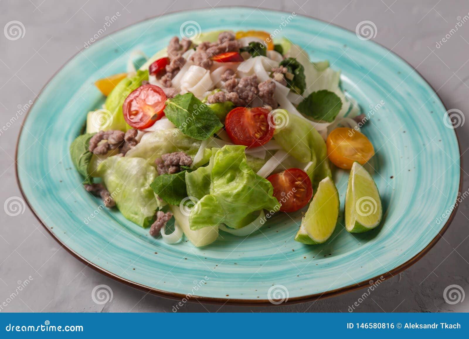 Salada tailandesa picante com os macarronetes da carne picada e de arroz SENSOR DE YAM WOON