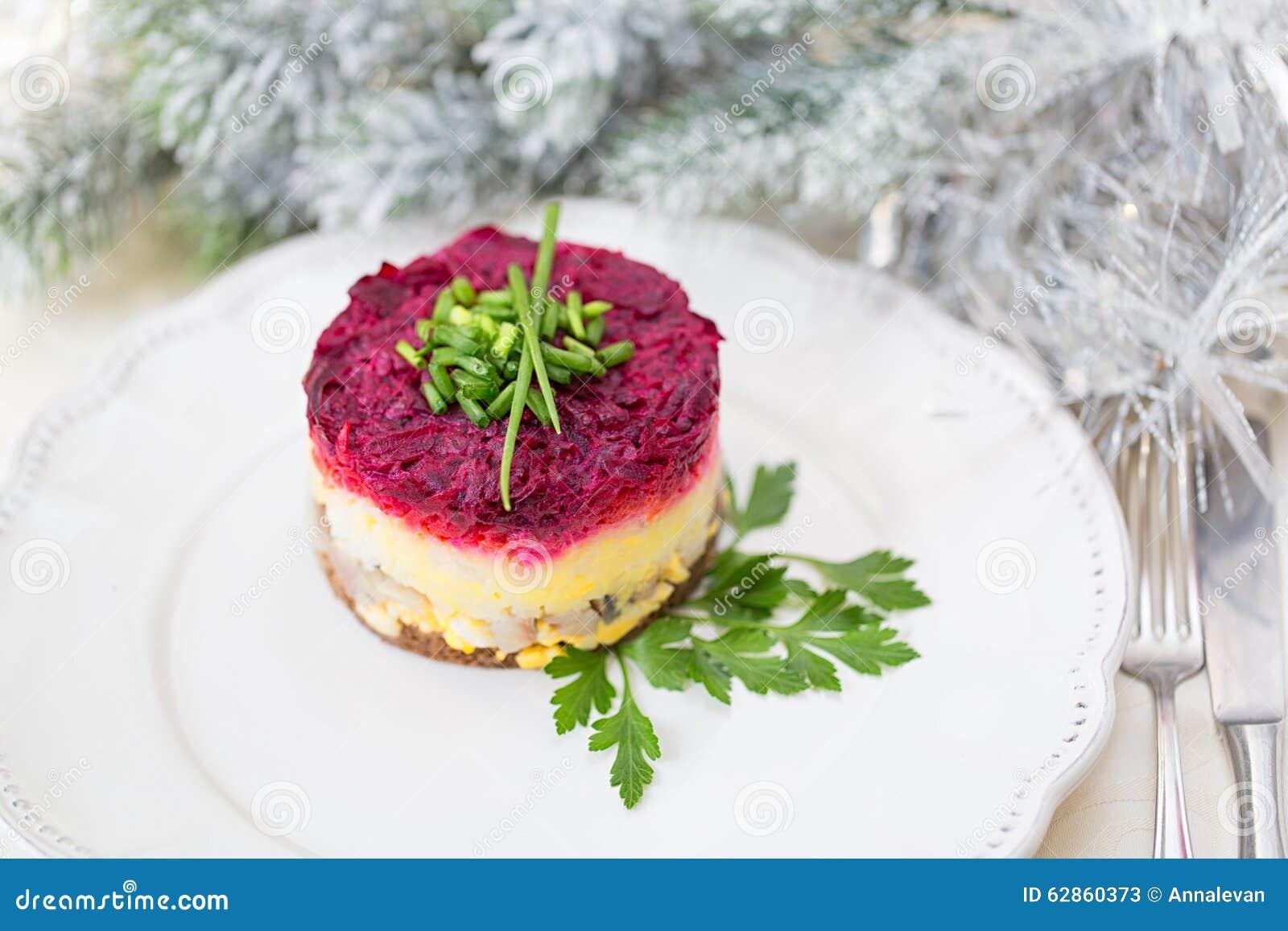 Salada tradicional do russo, arenque vestido sob o casaco de pele
