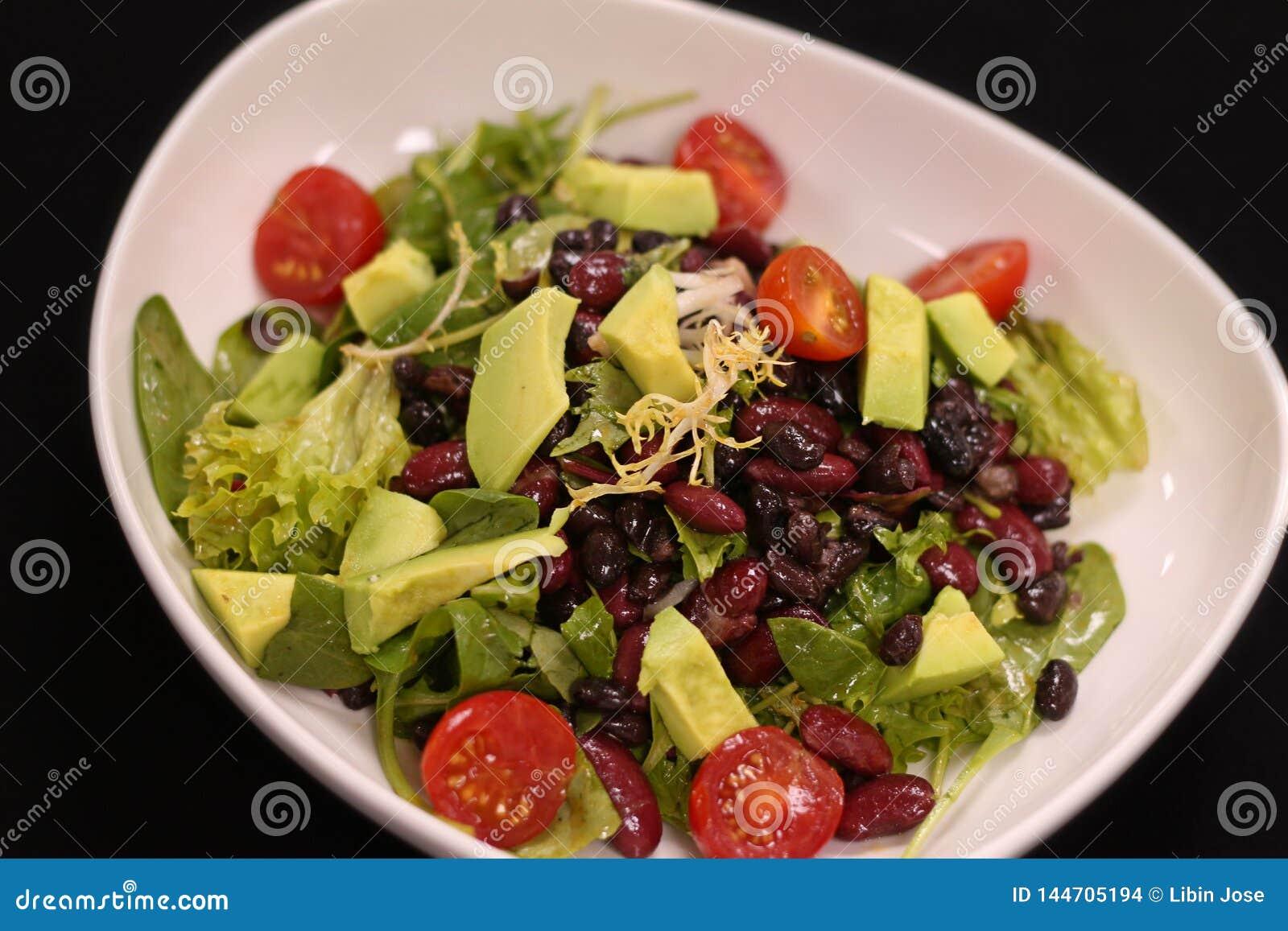 Salada verde do vegetariano com abacate e feij?es