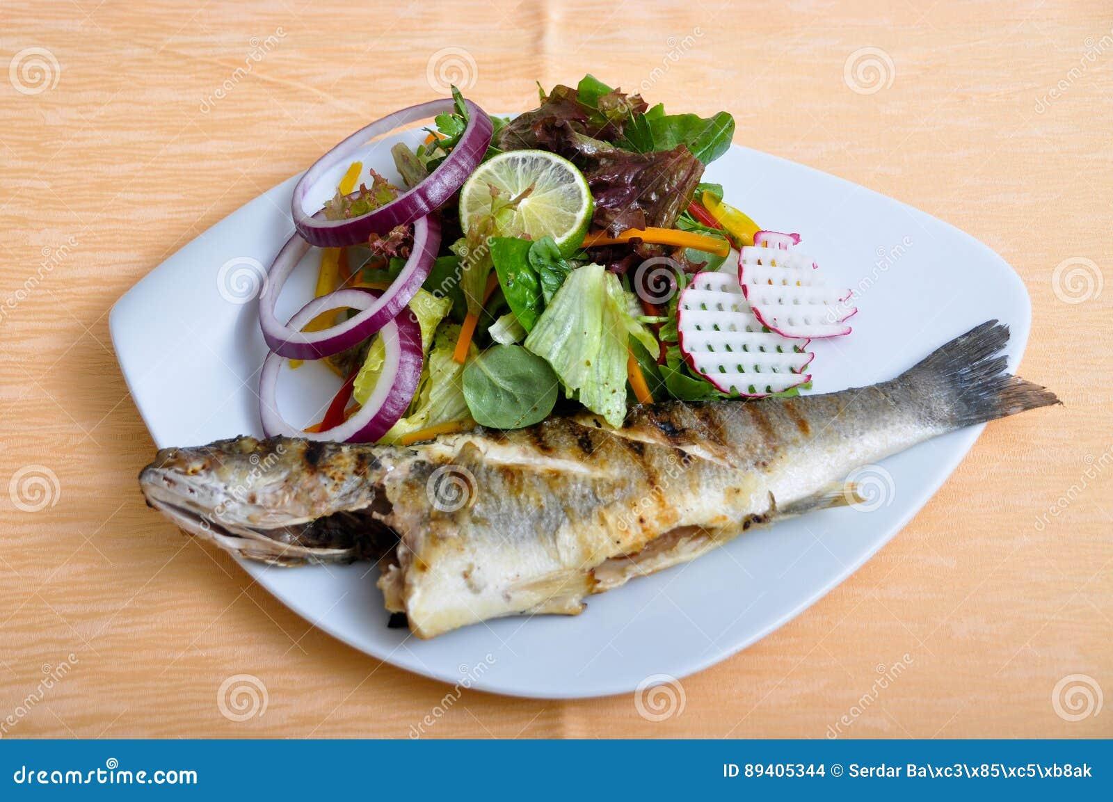 Saladas e peixes grelhados