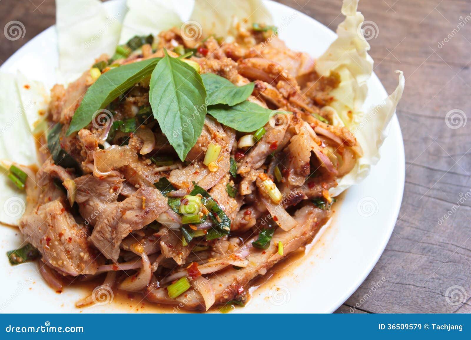 Salade épicée de porc de cuisine thaïlandaise.