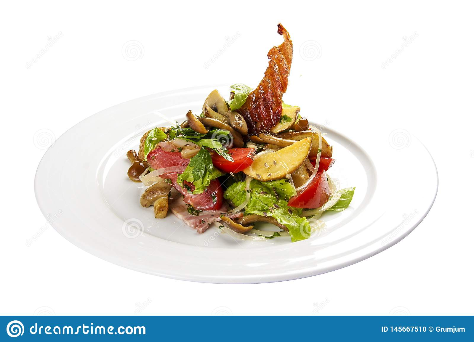 """Salade """"Slavkovsky """" Salade chaude avec le lard, les pommes de terre, les verts et les champignons"""