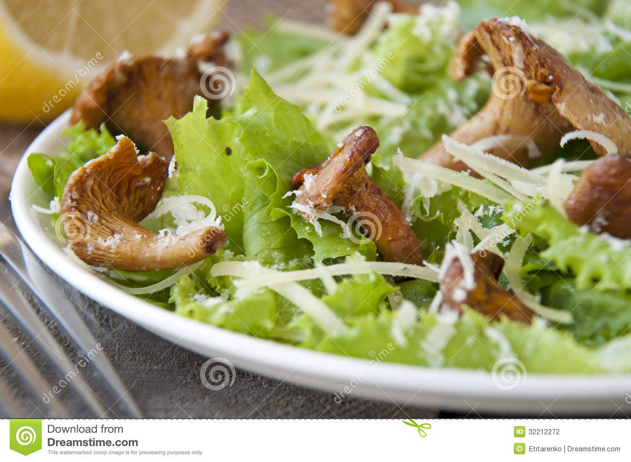 salade avec des champignons chanterelles parmesan laitue photographie stock image 32212272. Black Bedroom Furniture Sets. Home Design Ideas