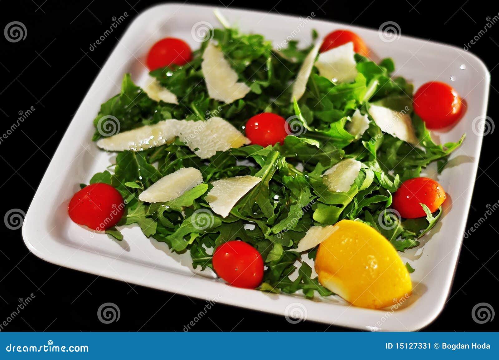 Salade avec du fromage et des tomates