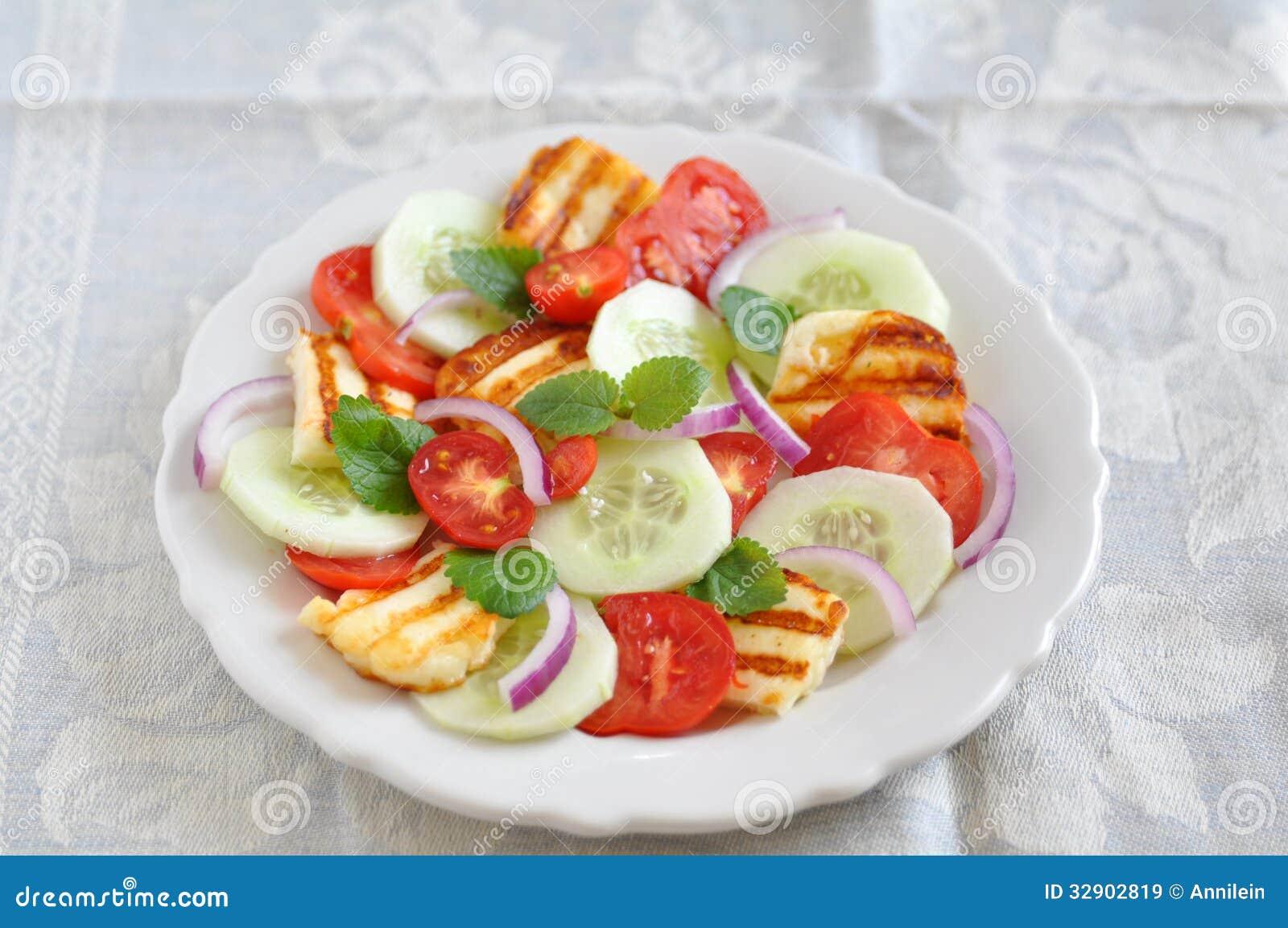 Salade avec du fromage grillé de Halloumi