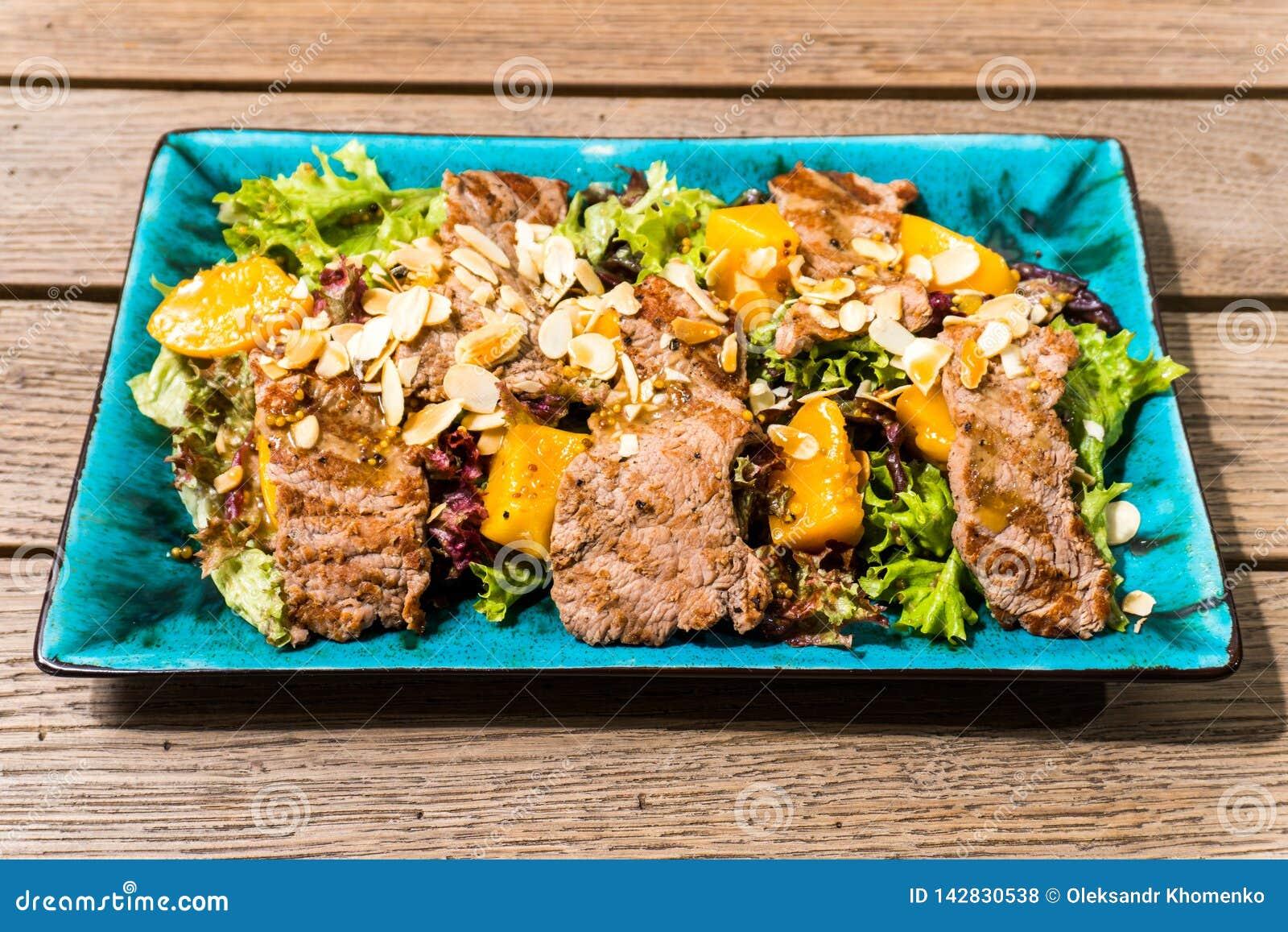Salade avec du jambon et des écrous de mangue