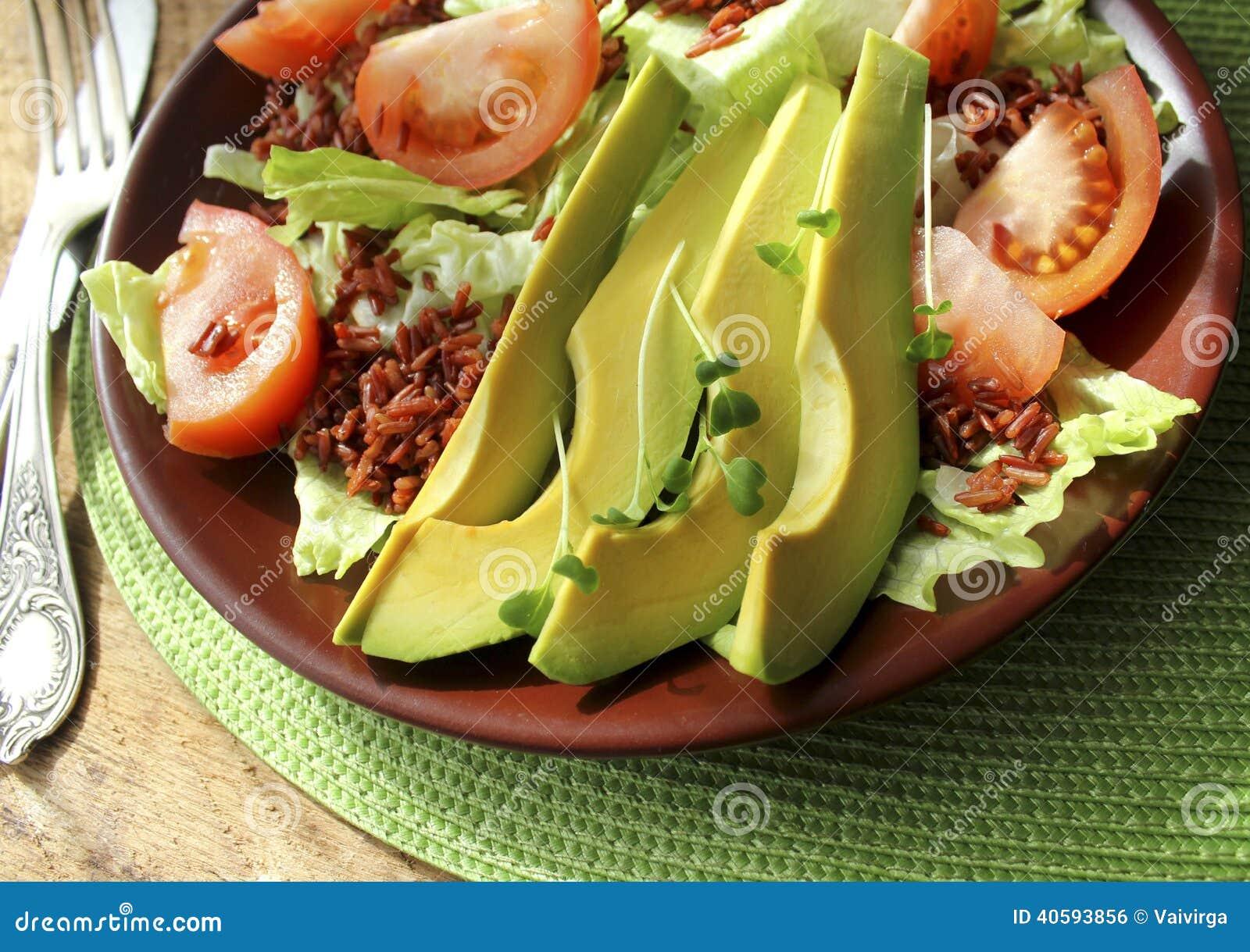 Salade avec l 39 avocat tomates laitue riz photo stock image du rouge nutrition 40593856 - Absorber l humidite avec du riz ...