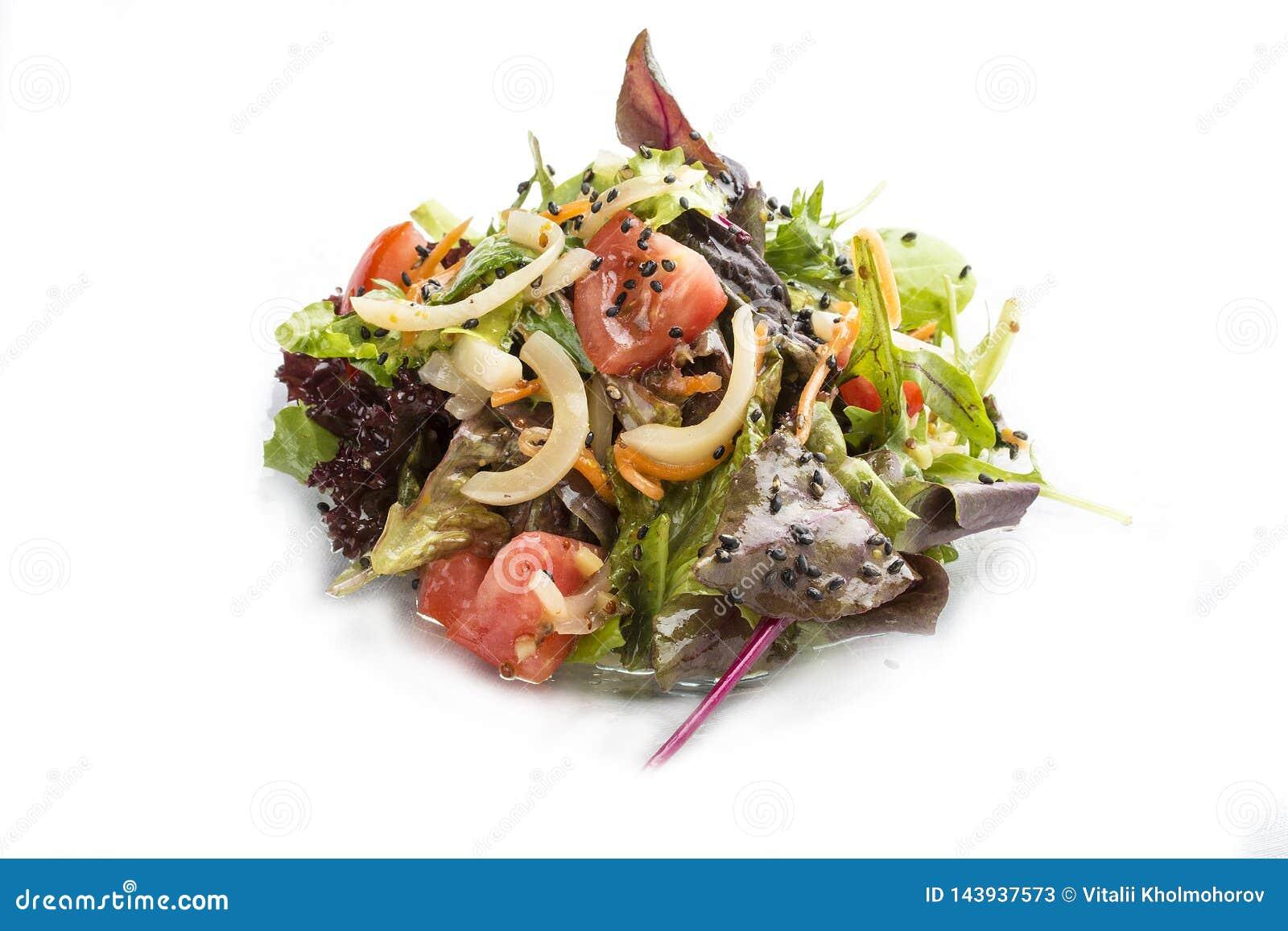 Salade avec le calmar, la tomate et les carottes avec de la sauce à huître
