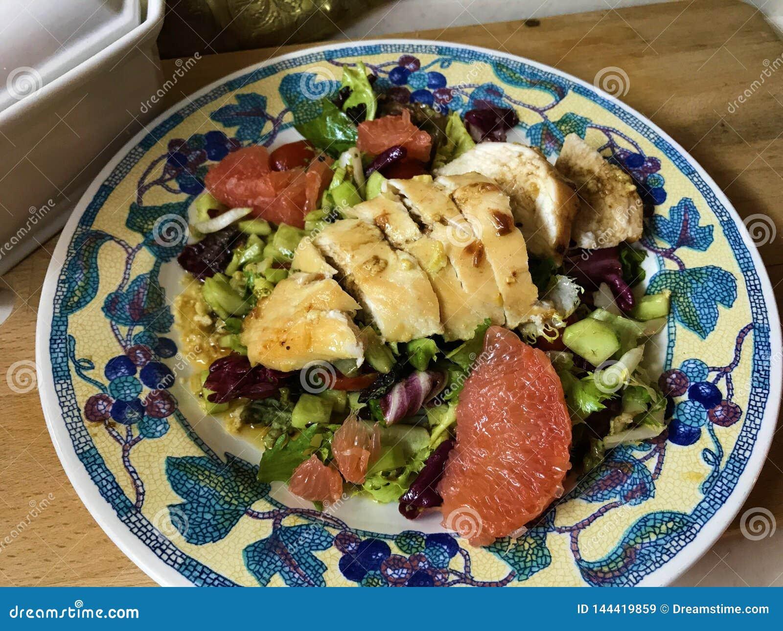 Salade avec le pamplemousse et poulet en marinade de moutarde
