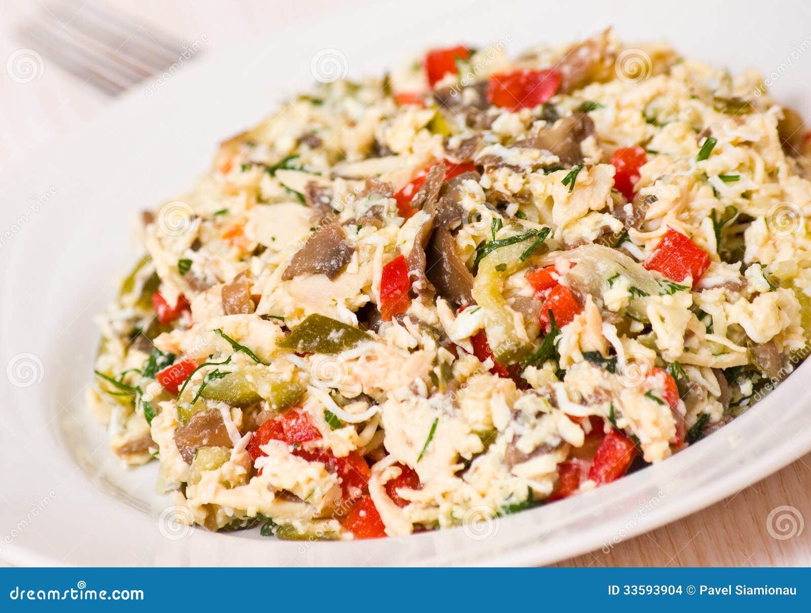 Salade avec le poulet, champignons, oeufs, fromage, légumes