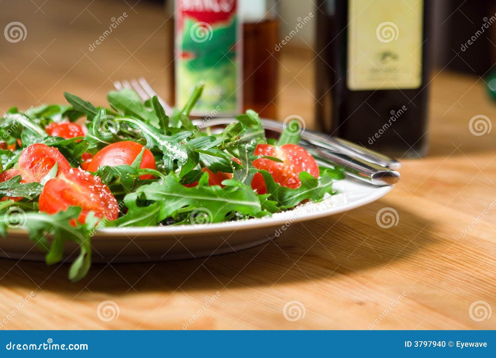 Salade avec le rucola et les tomates