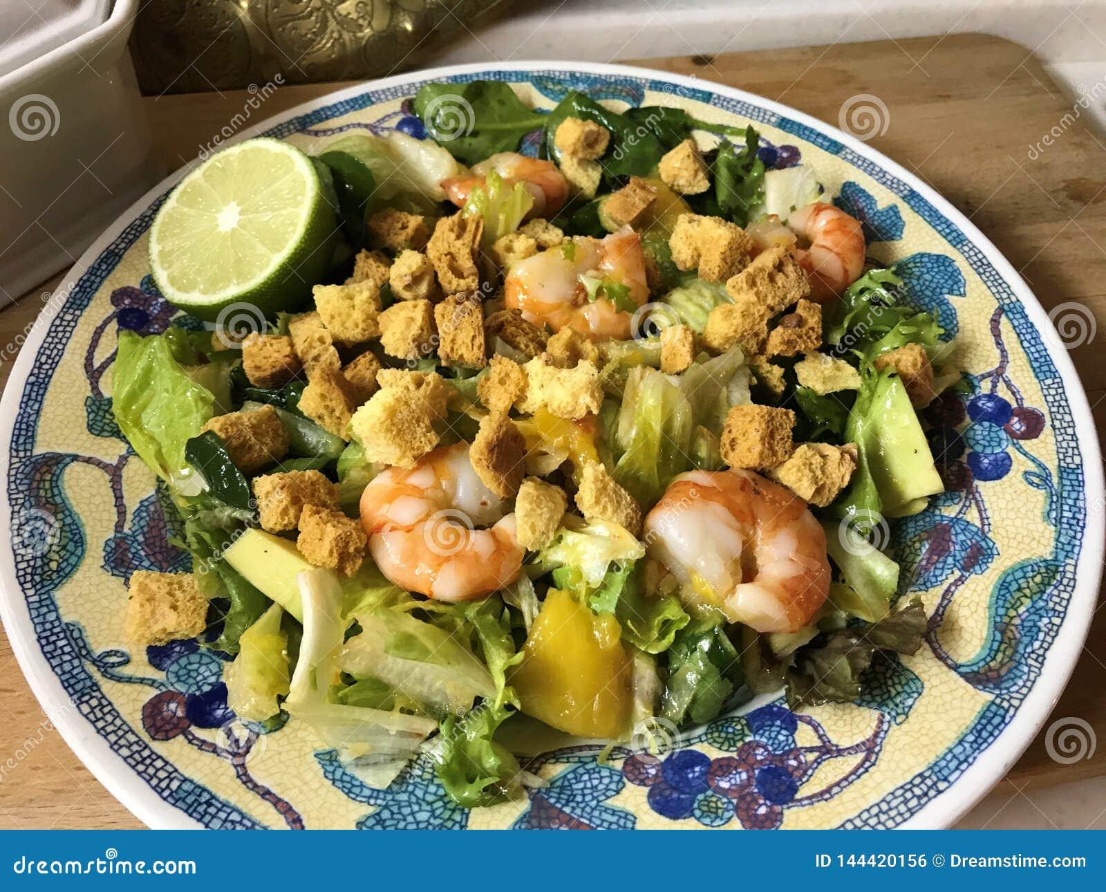 Salade avec les crevettes roses de tigre, la mangue, l avocat et le piment doux