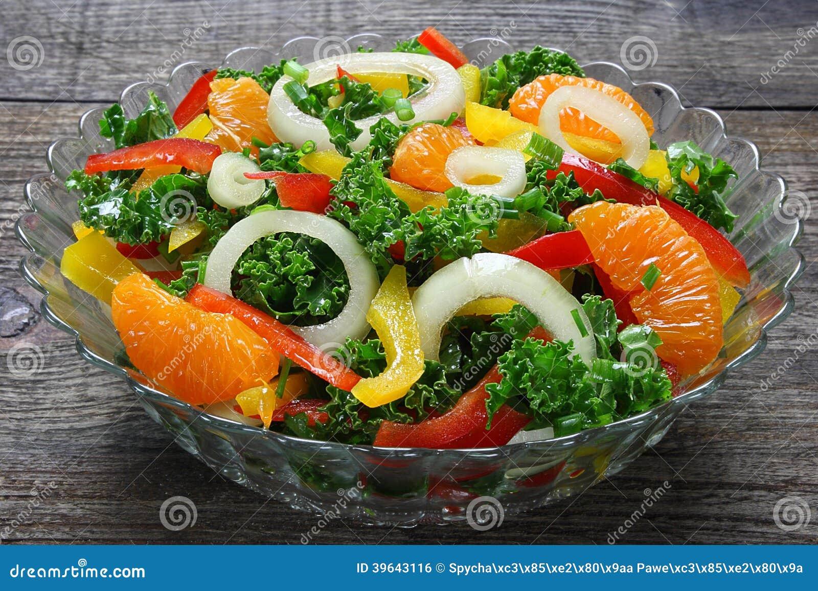Salade avec les légumes frais et les mandarines