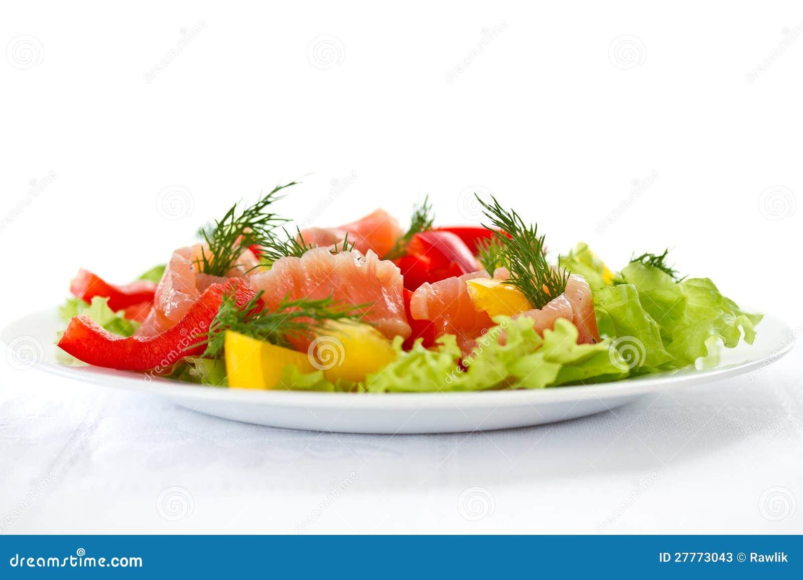 Salade avec les saumons salés