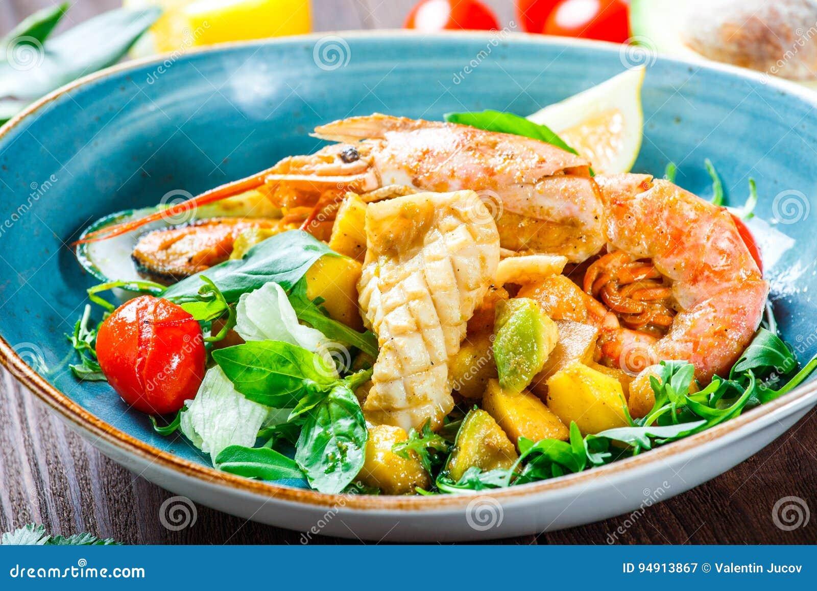 Salade chaude avec des fruits de mer, langoustine, moules, crevettes, calmar, s