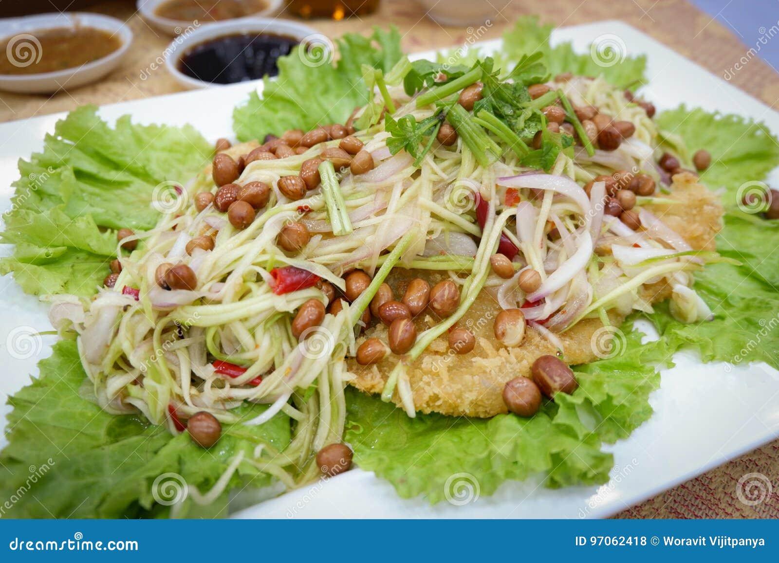 Salade croustillante de poisson-chat avec la mangue verte