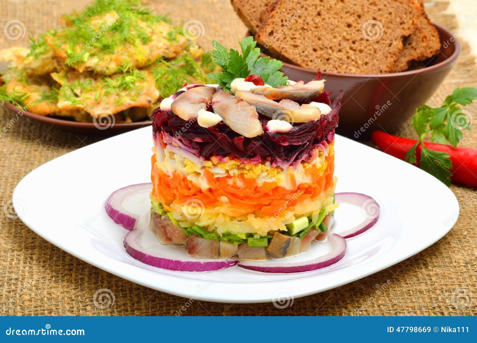 Salade d 39 harengs traditionnelle russe avec des betteraves - Cuisine traditionnelle russe ...
