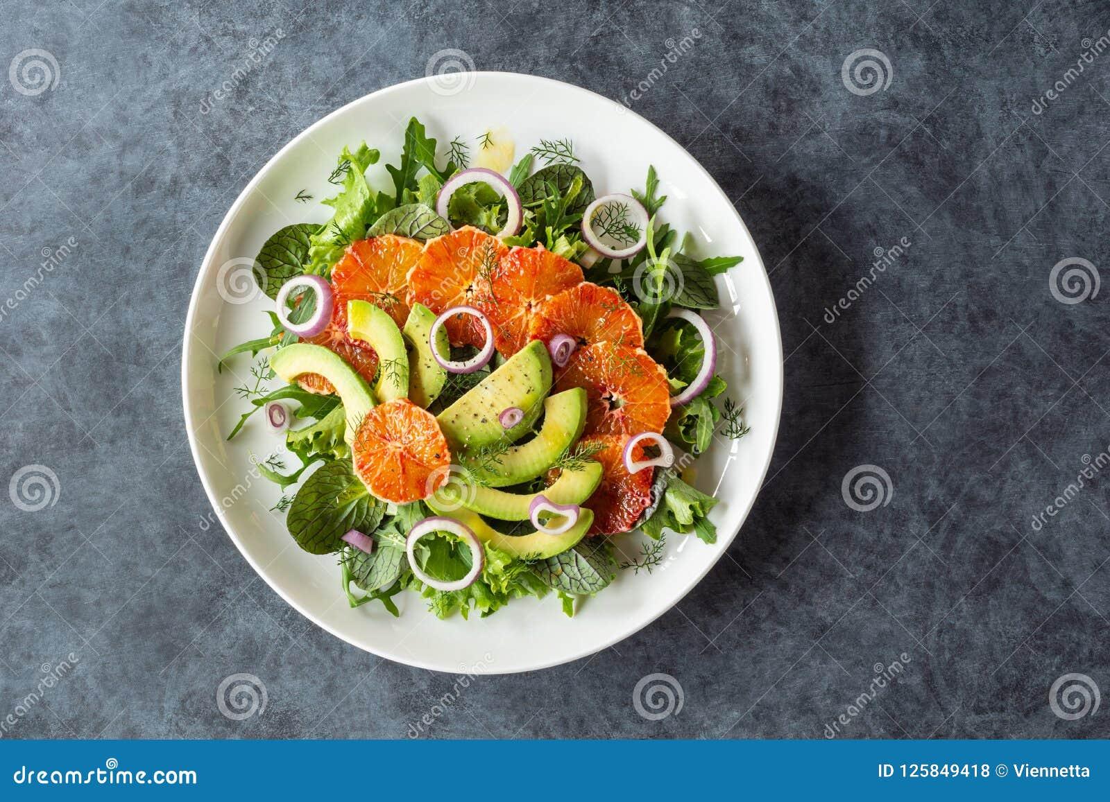 Salade d orange sanguine d avocat au-dessus des verts mélangés