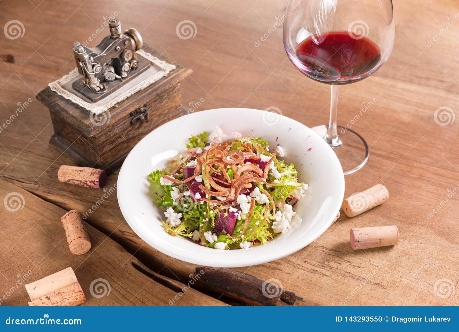 Salade de betteraves avec du fromage blanc et le vin rouge