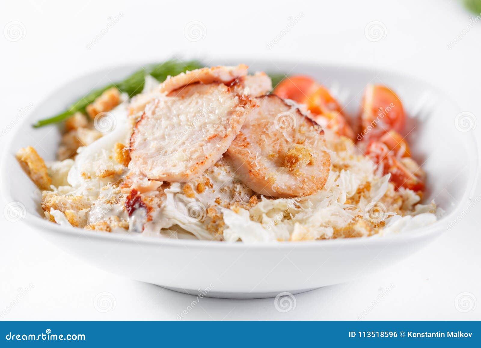 Salade de César avec le poulet Comporte la feuille et les croûtons de salade  Iceberg  préparés avec le parmesan Lumière blanche