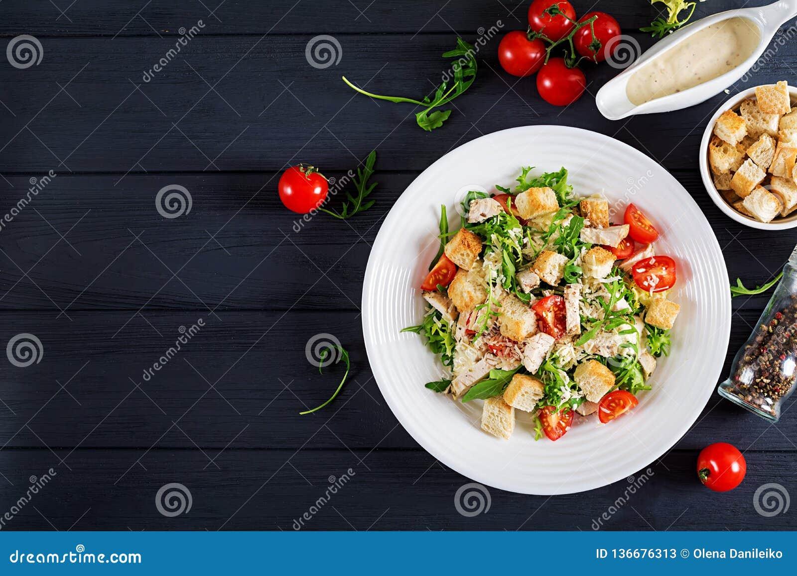 Salade de César grillée saine de poulet avec les tomates, le fromage et les croûtons