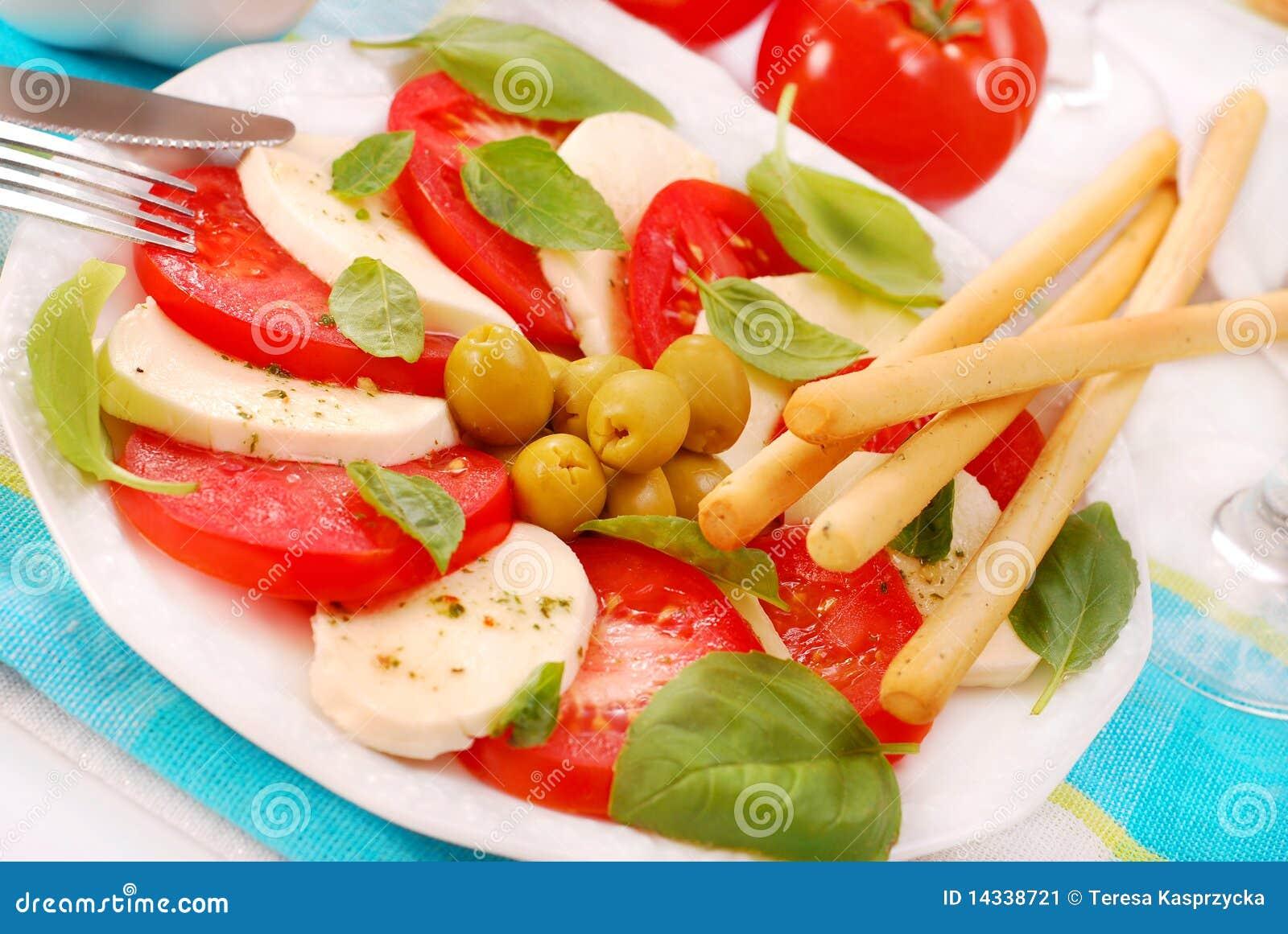 Salade de Caprese avec le grissini