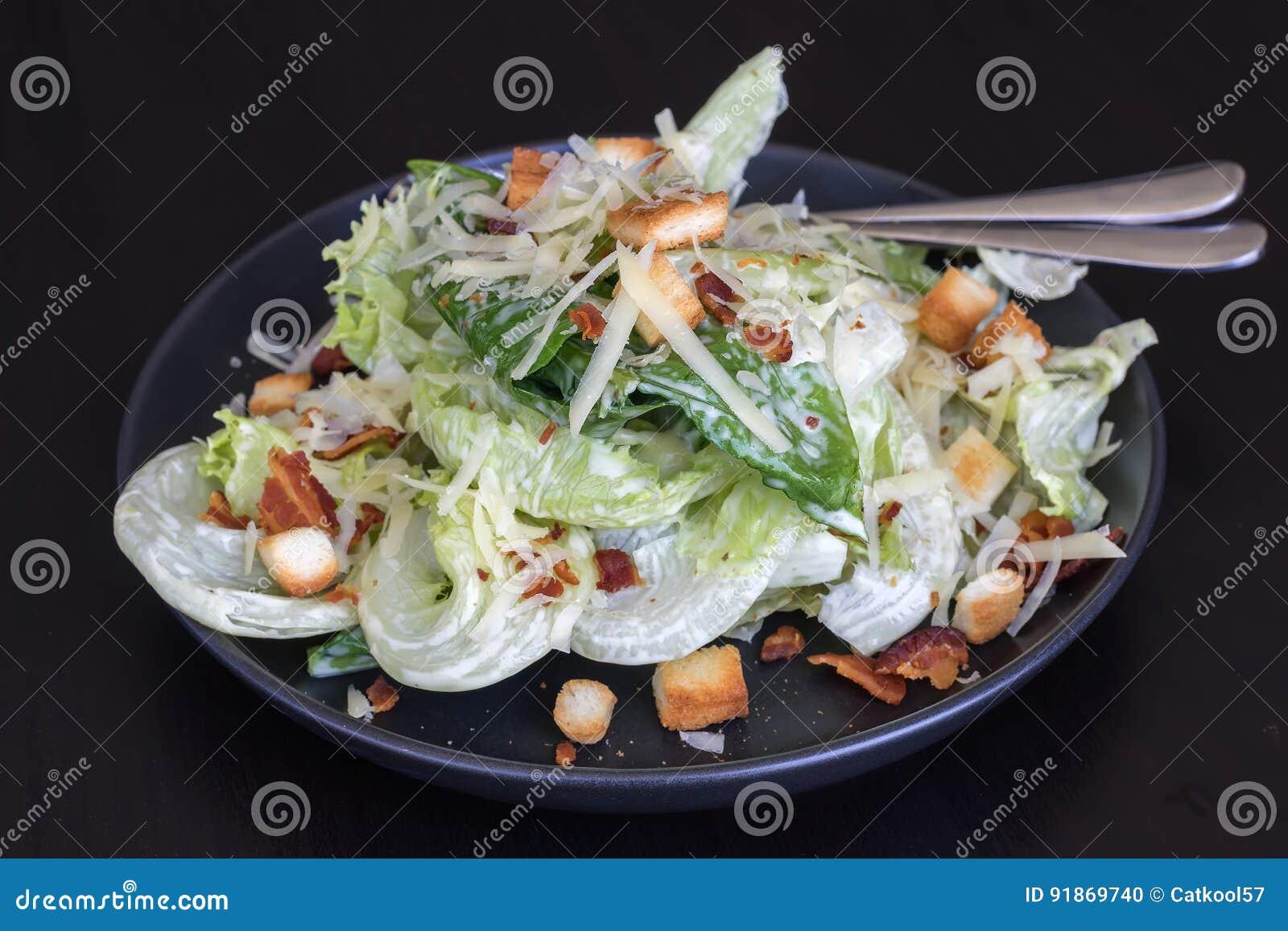 Salade de Cesar dans le plat noir