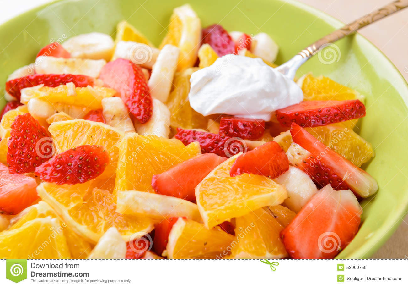 salade de fruits avec des fraises oranges bananes photo. Black Bedroom Furniture Sets. Home Design Ideas