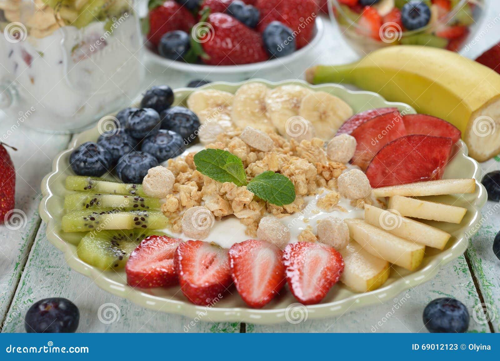 Salade de fruits avec du yaourt et le muesli