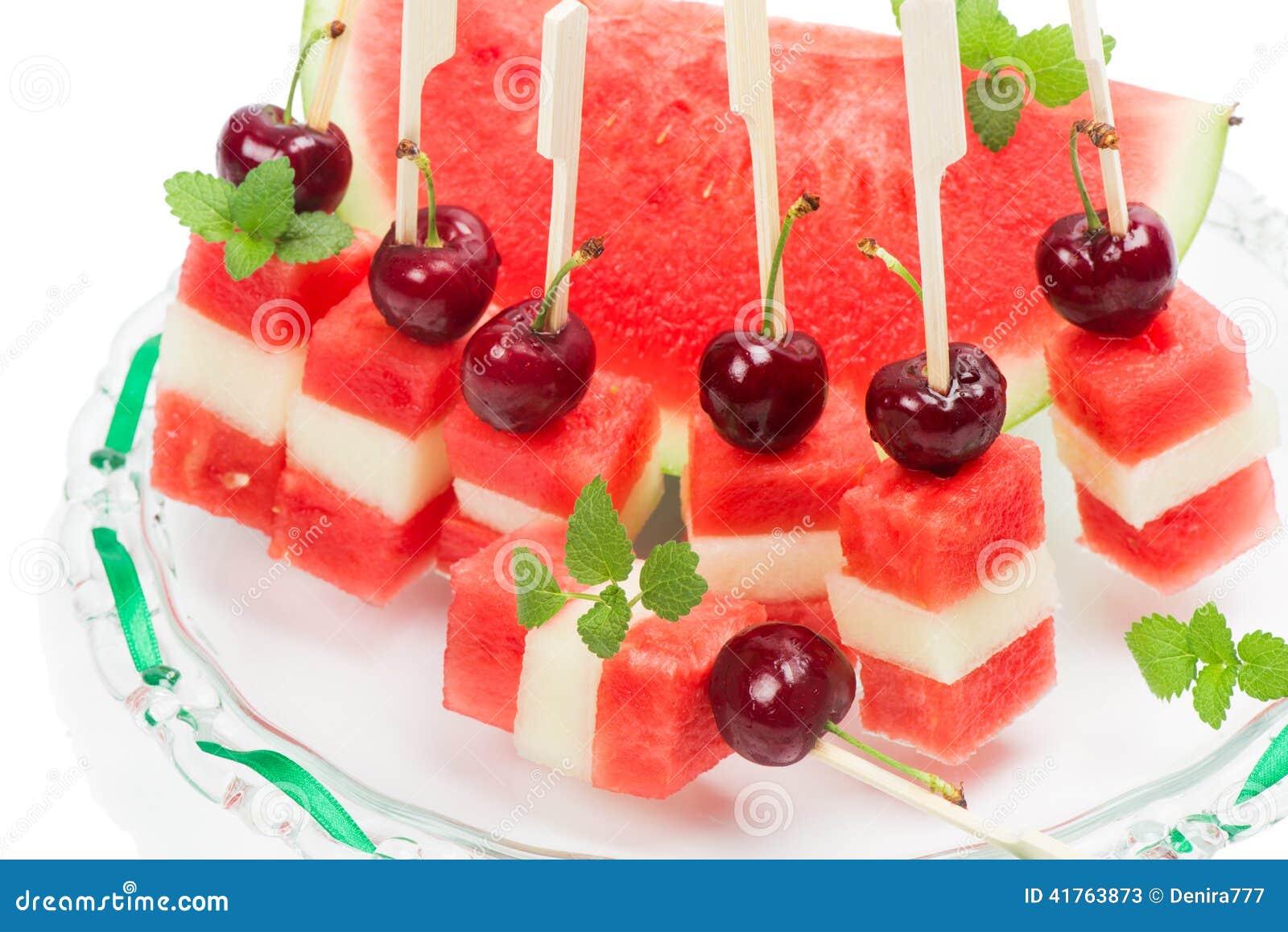 salade de fruits avec la pastèque, le melon et les cerises image