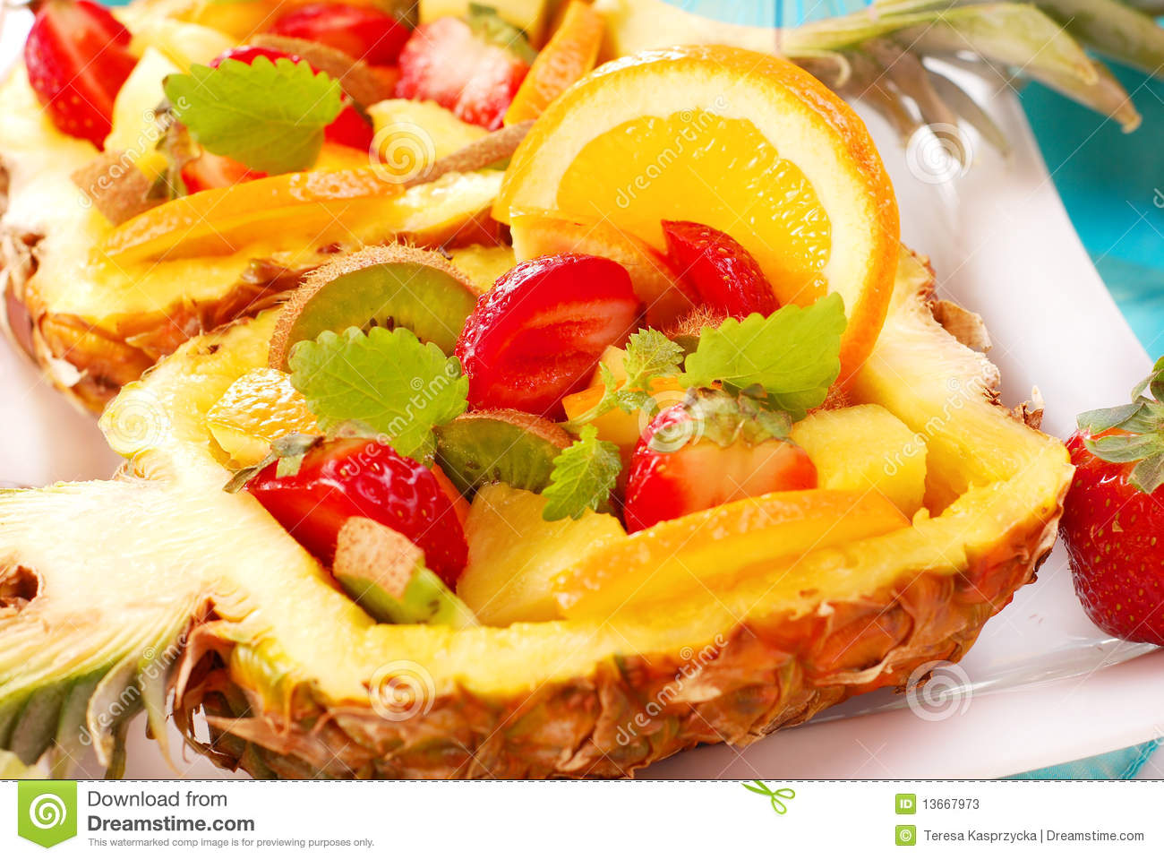 Salade de fruits en ananas photos stock image 13667973 for Decoration salade de fruits
