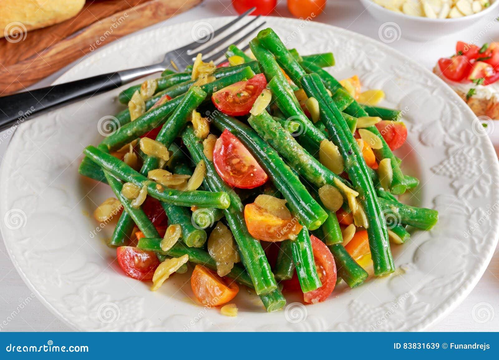 salade de haricots verts avec les tomates rouges et jaunes les bruschettes et l 39 amande en. Black Bedroom Furniture Sets. Home Design Ideas