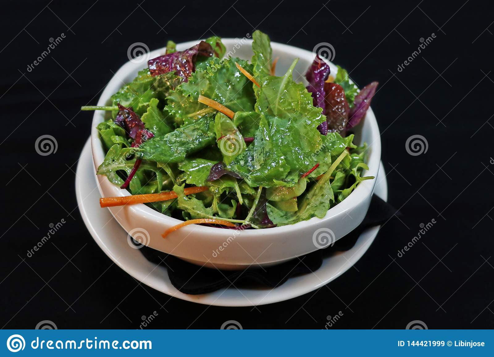 Salade de laitue de vert de mélange dans une cuvette