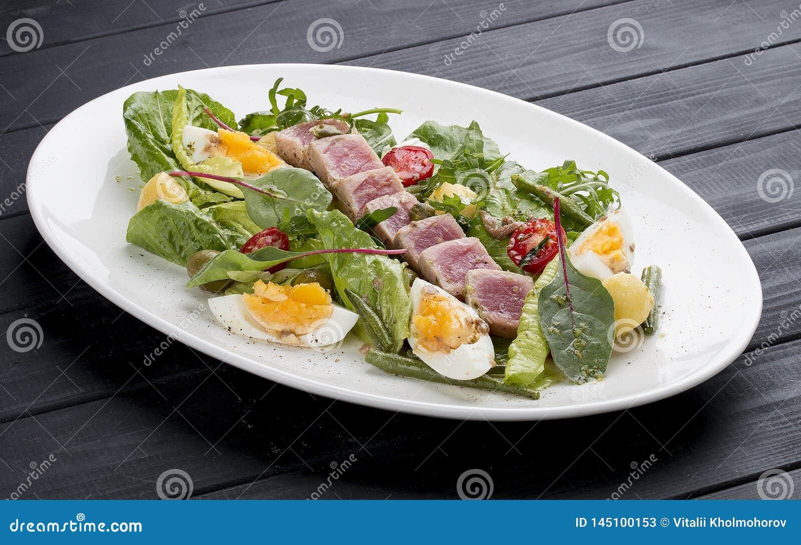 Salade de Nisuaz avec le thon avec de la sauce à anchois