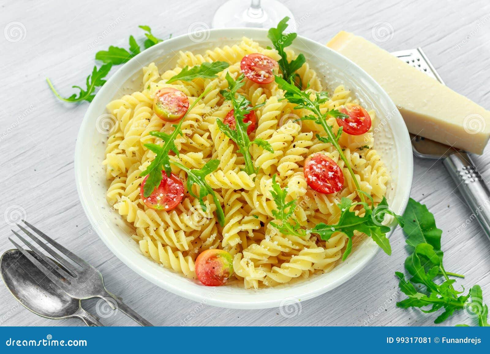 Salade de pâtes de rotini de fusée de citron avec les tomates-cerises et le parmesan